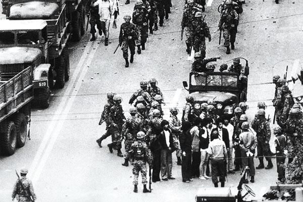 ⓒ연합뉴스 1980년 5월19일 광주에서 시위대를 무차별 연행하는 공수부대원들.