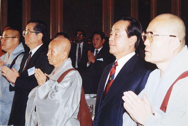 기독교인 김영삼 대통령이 1993년 5월 25일 아침 서울롯데호텔에서 열린 제13회 「나라와 민족을 위한 법회」에 참석, 합장하고 있는 승려, 불교신도들과 나란히 서있다. 한국일보 자료사진