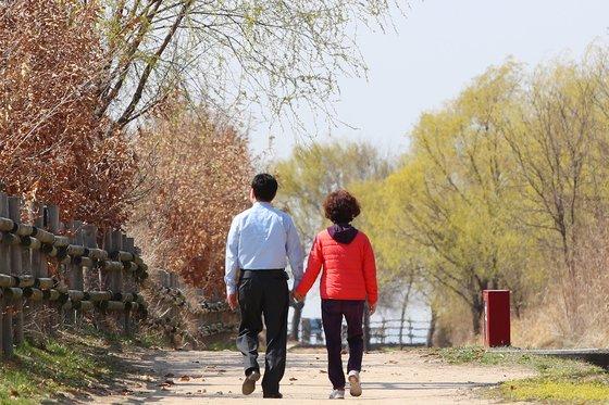 나이 들어 골절을 예방하려면 칼슘섭취, 운동과 더불어 반드시 하루 30~40분씩 햇볕을 쬐는 것이 무엇보다 중요하다. 사진은 서울 마포구 상암동 노을공원에서 시민들이 산책을 하고 있는 모습. <저작권자(c) 연합뉴스, 무단 전재-재배포 금지>