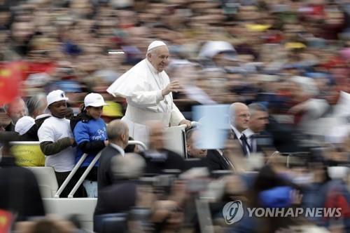 아프리카 어린이 난민 8명, 교황차 타고 '함박웃음'[바티칸 토토|베스트카지노 토토]