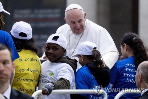 15일 난민 어린이들과 함께 교황 차량에 탑승한 프란치스코 교황 [EPA=연합뉴스]