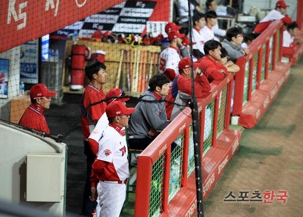 성적 부진을 이유로 김기태 감독은 사퇴를 결정, 팬들의 성난 민심을 외면하지 않고 책임졌다. 스포츠코리아 제공