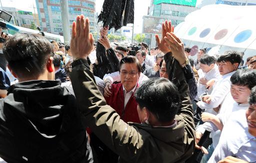 자유한국당 황교안 대표등이 지난 3일 광주에서 문재인정부 규탄 집회를 마친 뒤 시민들의 물세례 등 거친항의를 받으며 이동하고 있다. 연합뉴스