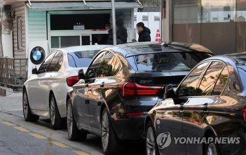 국토교통부, BMW 추가리콜 (서울=연합뉴스) 최재구 기자 = 23일 서울 서초구 BMW 차량 정비센터에 정비대기중인 차량이 줄지어 있다. 2019.1.23