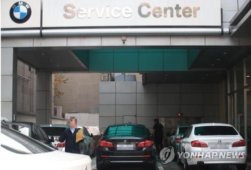 BMW 118d 등 추가 리콜 (서울=연합뉴스) 홍해인 기자 = 23일 서울 시내 한 BMW 서비스센터에서 차량들이 입고 대기하고 있다. 2018.10.23