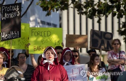 낙태금지법에 반대하며 애트우드 소설에 등장하는 시녀처럼 차려입은 시위자 [AP=연합뉴스]