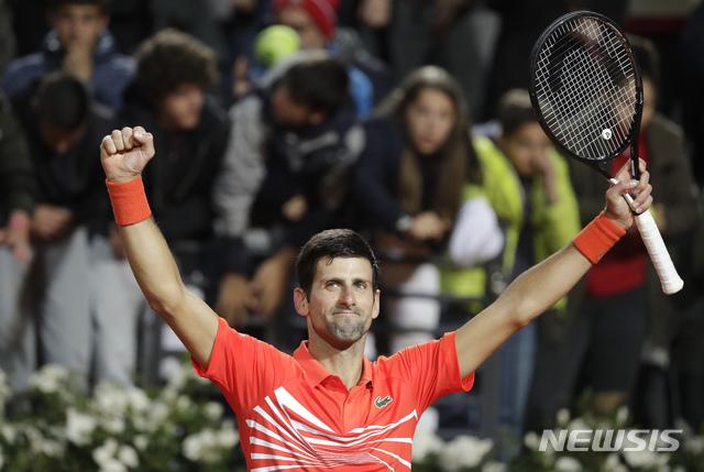 【로마=AP/뉴시스】노바크 조코비치(1위·세르비아)가 18일(현지시간) 이탈리아 로마에서 열린 남자프로테니스(ATP) 투어 BNL 이탈리아 인터내셔널 준결승에서 디에고 슈와르츠만(24위·아르헨티나)을 꺾고 기뻐하고 있다. 조코비치는 슈와르츠만을 세트스코어 2-1(6-3 6-7<2-7> 6-3)로 물리치고 결승에 올라 라파엘 나달과 우승을 다툰다. 2019.05.19.