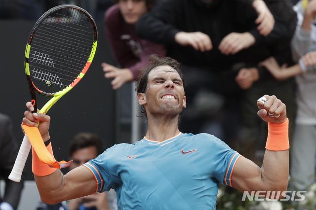 【로마=AP/뉴시스】라파엘 나달(2위·스페인)이 18일(현지시간) 이탈리아 로마에서 열린 남자프로테니스(ATP) 투어 BNL 이탈리아 인터내셔널 준결승에서 스테파노스 치치파스(7위·그리스)를 물리치고 환호하고 있다. 나달은 치치파스를 세트스코어 2-0(6-3 6-4)으로 꺾어 지난 11일 마드리드오픈 준결승에서의 패배를 설욕하고 결승에 올라 조코비치와 우승을 다툰다. 2019.05.19.