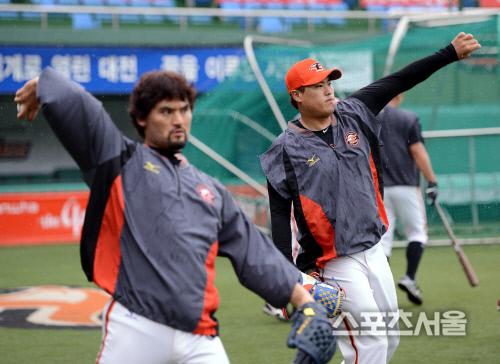 계속된 비로 경기가 일찍 순연된 가운데 한화 박찬호(왼쪽)와 류현진이 나란히 캐치볼을 던지고 있다. 2012-07-17 스포츠서울DB