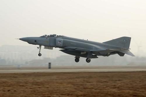 공군 F-4 전투기가 훈련을 위해 활주로에서 이륙하고 있다. 공군 제공
