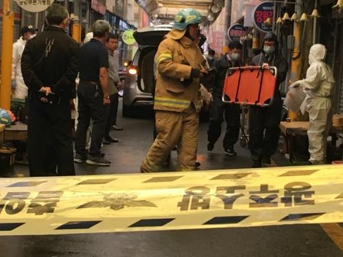 대인시장 내 주택 화재현장 수습하는 소방관과 경찰관 [연합뉴스 사진]