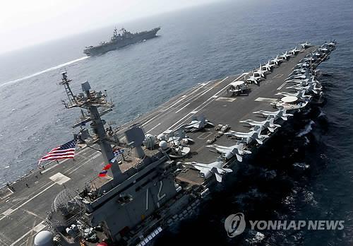 17일 중동 페르시아만에서 훈련중인 미 항공모함 에이브러햄 링컨호 [로이터=연합뉴스]