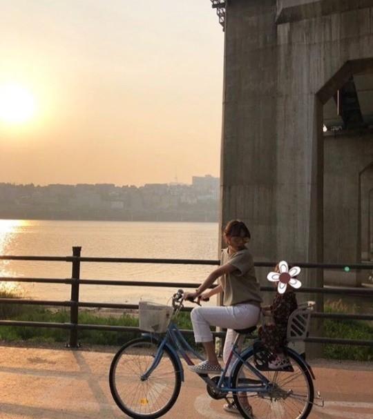 박시연, 딸과 한강 자전거 데이트 여배우 아닌 엄마 일상[★SNS]