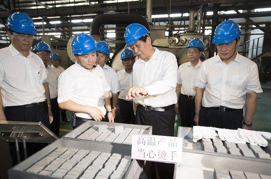 지난해 7월 중국 지도부가 희토류 공장을 시찰하는 모습. [신화통신]