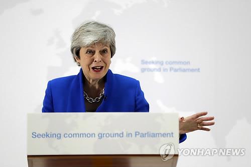 메이 英 총리, EU 탈퇴협정법 뼈대 공개 (런던 AP=연합뉴스) 테리사 메이 영국 총리가 21일(현지시간) 런던에서 브렉시트와 관련, 연설하고 있다. 메이 총리는 이날 '유럽연합(EU) 탈퇴협정 법안'의 주요 내용을 설명하면서 하원 통과를 호소했다. leekm@yna.co.kr