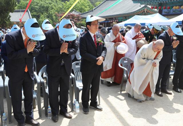 황교안 자유한국당 대표가 부처님오신날인 12일 오후 경북 영천시 은해사를 찾아 봉축 법요식에 참석하고 있다. /연합뉴스
