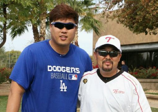 류현진과 김용일 코치(오른쪽). 사진제공|에이스펙코퍼레이션