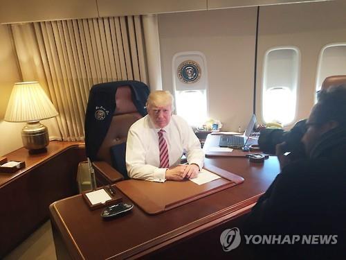 에어포스 원(미국 대통령 전용기) 집무실 의자에 앉은 도널드 트럼프 미국 대통령 [EPA=연합뉴스]