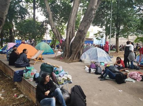 방탄소년단을 기다리는 팬들 (상파울루=연합뉴스) 김재순 특파원 = 텐트를 친 채 방탄소년단 공연을 기다리며 노숙 생활을 한 팬들.