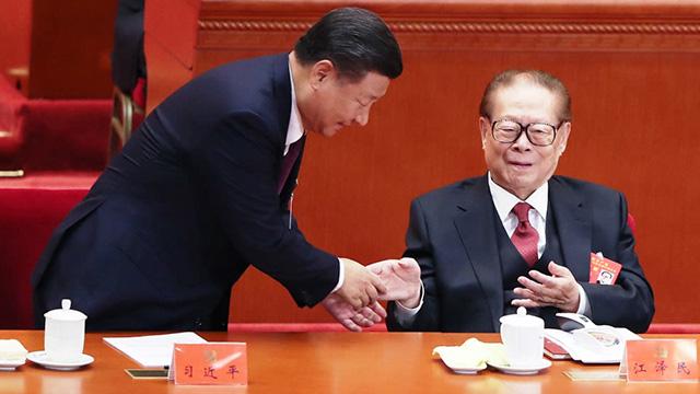 시진핑 주석이 제19차 공산당 전국대표대회 개막식에서 장쩌민 전 주석에 다가가 깍듯이 인사하고 있다 (2017년 10월)