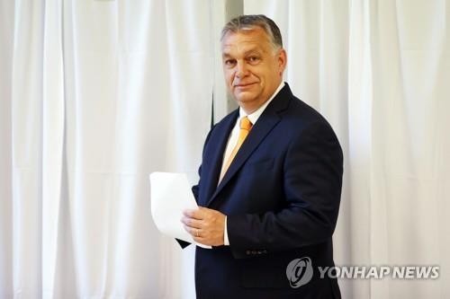빅토르 오르반 헝가리 총리가 26일(현지시간) 유럽의회 선거에서 투표하고 있다. [AFP=연합뉴스]