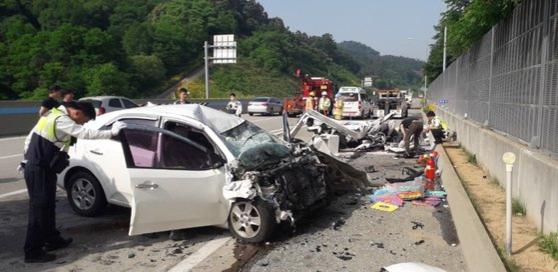 4일 오전 7시34분쯤 충남 공주시 우성면 당진-대전고속도로에서 발생한 화물차 역주행 교통사고로 화물차 운전자와 동승자 등 3명이 숨졌다. /공주소방서