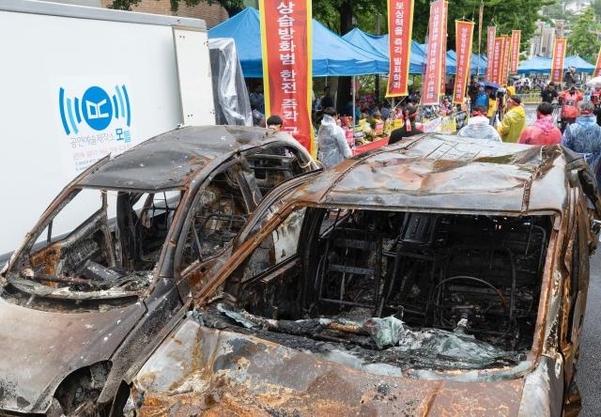 7일 오전 강원 속초 지역 산불 당시 불탄 차량 2대가 청와대 앞 기자회견장에 놓여있다. /연합뉴스