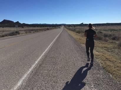 미국 대륙횡단 마라톤서 인간의 한계에 도전 중인 여성 마라토너 [브라이스 칼슨 제공]