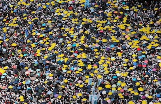 지난 9일(현지시간) 홍콩에서 벌어진 '범죄인 인도 법안' 반대 시위를 위해 모여든 홍콩 시민들이 인산인해를 이루고 있다. 주최 측은 이날 시위에 103만명이 참가했다고 추산했다.[로이터=연합뉴스]