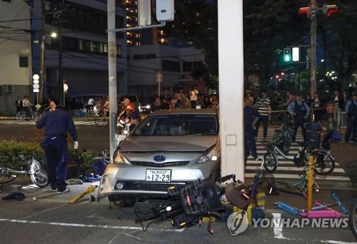 지난 3일 오후 6시 30분께 오사카(大阪)시 고노하나(此花)구에서 80세 고령 남성이 운전하던 승용차가 인도를 덮쳐 행인 4명을 다치게 한 사고의 현장. [교도=연합뉴스 자료사진]