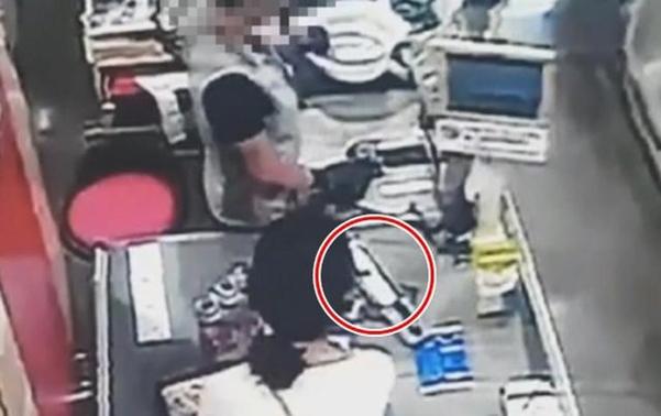 피의자 고유정이 범행 사흘 전인 지난달 22일 제주시의 한 마트에서 흉기 등을 구매하는 모습이 CCTV에 찍혔다. /제주동부경찰서 제공