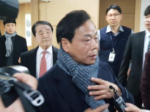 법정 나오는 이완영 의원 (대구=연합뉴스) 이강일 기자 = 정치자금법 위반 혐의 등으로 기소된 이완영 의원이 19일 항소심 선고를 마치고 법정에서 나오고 있다. 2019.2.19 leeki@yna.co.kr