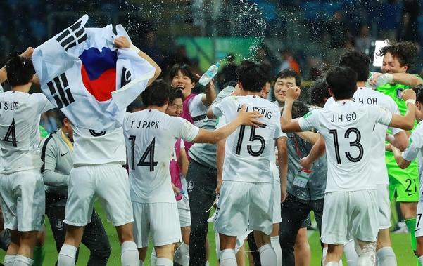 에콰도르전 승리를 축하하는 U-20 축구대표팀. /연합뉴스