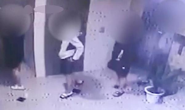 지난 9일 새벽 직업학교 동급생인 친구를 때려 숨지게 한 10대 4명이 사건이 발생한 광주 북구의 한 원룸 앞을 서성이는 모습. /뉴시스