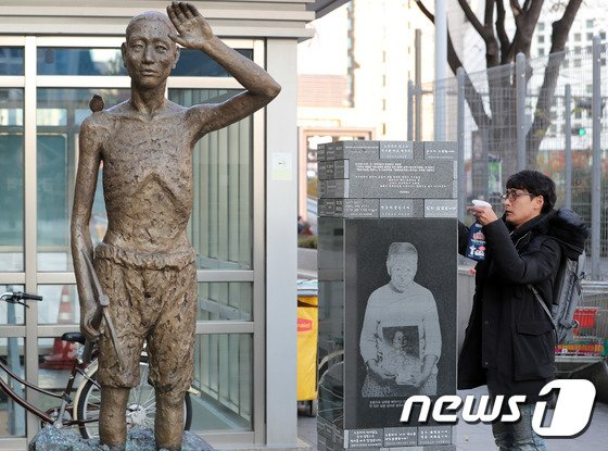 서울 용산구 용산역에 위치한 강제징용 노동자상. 뉴스1