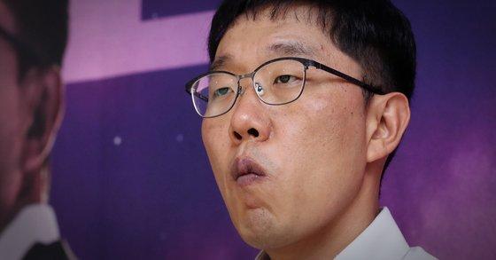 지난해 9월 12일 KBS 시사 토크쇼 '오늘밤 김제동' 기자간담회에서 생각에 잠겨있는 방송인 김제동씨. [연합뉴스]
