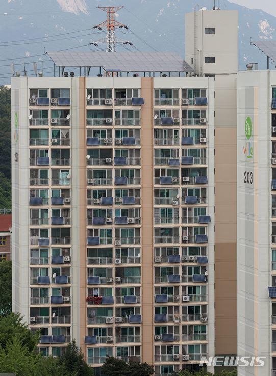 【서울=뉴시스】서울의 한 아파트에 '태양광 미니발전소'가 설치돼 있는 모습. (사진=뉴시스 DB)