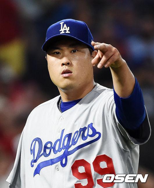 [OSEN=애너하임(미국 캘리포니아),박준형 기자] 11일(한국시간) 미국 캘리포니아주 애너하임 앤젤스 스타디움에서 2019 메이저리그(MLB) LA 에인절스와 LA 다저스의 경기가 펼쳐졌다. 이날 가장 관심을 모으는 것은 '천재' 오타니와의 맞대결. 그러나 일단은 오타니는 벤치에서 시작한다. 한편 류현진은 올 시즌 12경기에서 9승 1패 평균자책점 1.35을 기록했다. 메이저리그 선수 중 가장 먼저 10승을 도전하며, 류현진 개인으로서는 2014년 이후 5년 만에 10승 도전이다. 4회말을 마친 LA 다저스 선발 류현진이 덕아웃으로 들어오며 사인을 보내고 있다./ soul1014@osen.co.kr