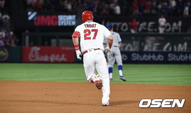 [OSEN=애너하임(미국 캘리포니아),박준형 기자]7회말 2사 1루 에인절스 트라웃이 동점 2점 홈런을 날리고 베이스를 돌고 있다.  / soul1014@osen.co.kr