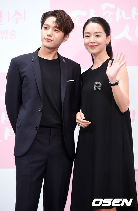 [OSEN=민경훈 기자]김명수(인피니트 엘), 신혜선이 무대 위에서 포즈를 취하고 있다./rumi@osen.co.kr