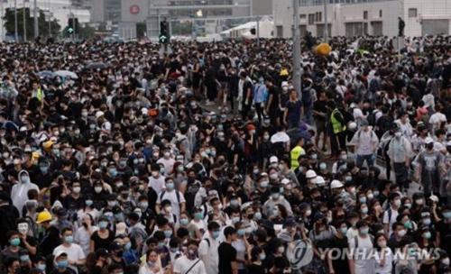 범죄인 인도 법안 저지를 위해 홍콩 입법회 주변으로 몰려든 시민들 (로이터통신=연합뉴스)