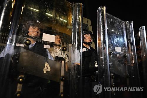 '범죄인 인도 법안' 심의 대비 홍콩 정부청사 지키는 경찰 (홍콩 AFP=연합뉴스) 지난 주말 대규모 반대 시위를 촉발한 홍콩의 '범죄인 인도 법안' 2차 심의가 시작될 12일 시위진압 경찰이 방패를 들고 홍콩 정부청사  경비에 나섰다. bulls@yna.co.kr