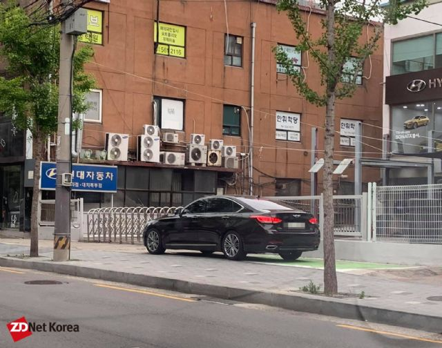 철거 4개월 후 무료 주차장으로 변질된 현대블루헨즈 대치북부점 앞 충전기 설치 장소 (사진=지디넷코리아)