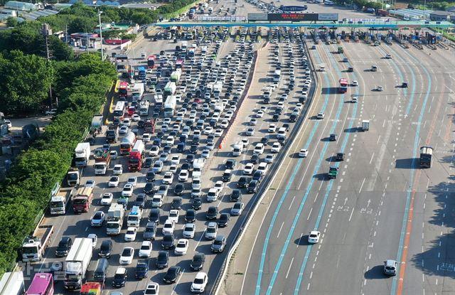 [저작권 한국일보] 12일 오전 서울외곽순환도로 구리 토평IC에서 서울방향으로 나오는 도로가 출근 차량으로 심한 정체를 빚고 있다. 홍인기 기자