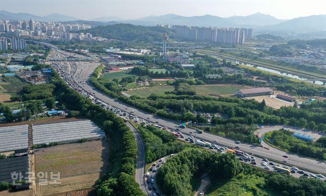 [저작권 한국일보] 12일 오전 서울외곽순환도로 토평IC에서 서울방향으로 나오는 도로가 출근 차량으로 심한 정체를 빚고 있다. 홍인기 기자