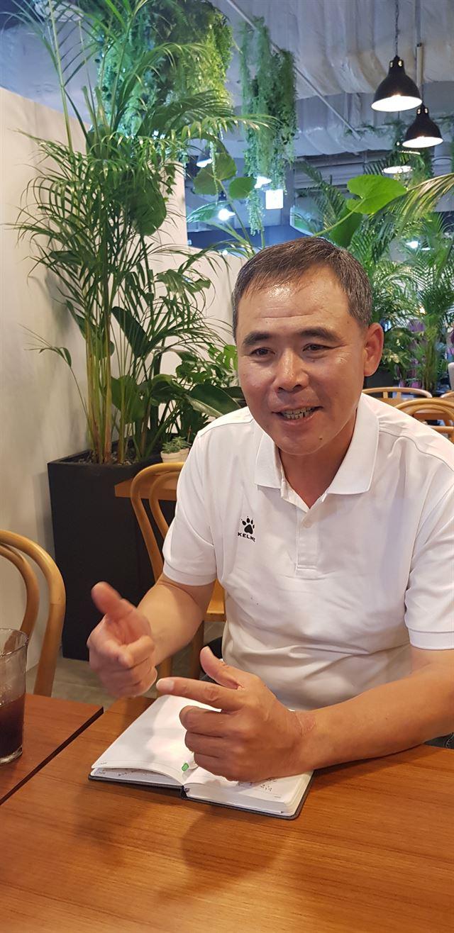 최진태 감독이 13일 인천의 한 카페에서 이강인의 어린 시절에 대해 이야기하고 있다.