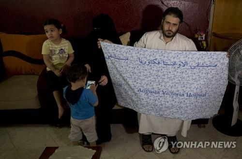 5세 소녀 아이샤 아 룰루가 이스라엘 병원에서 집으로 돌려보내졌을 당시 두르고 있던 담요[AP=연합뉴스]