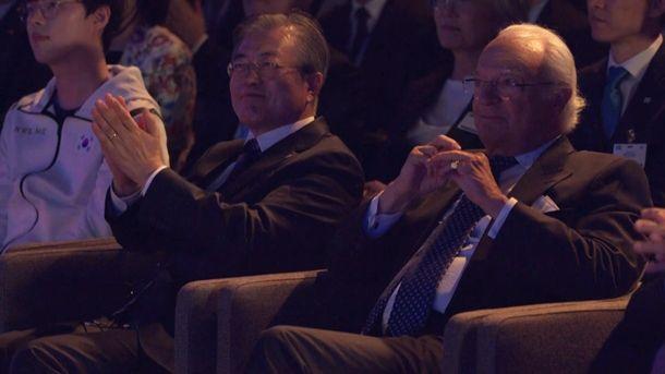 문재인 대통령(좌)과 칼 구스타프 16세 스웨덴 국왕이 에릭슨 스튜디오에서 개최된 e스포츠 친선전을 참관했다.(사진=네이버TV)