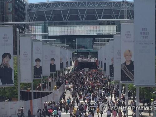 'BTS 보러가자' (런던=연합뉴스) 박수윤 기자 = 그룹 방탄소년단(BTS)의 '러브 유어셀프: 스피크 유어셀프' 콘서트가 열리는 1일 오후 런던 웸블리 스타디움이 팬들로 붐비고 있다. 2019.6.1