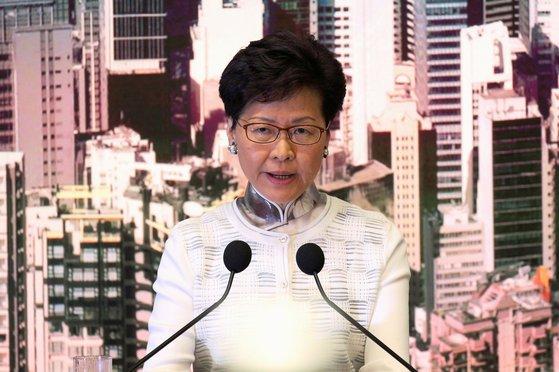 """케리 람 홍콩특별행정구 행정장관은 15일 긴급 기자회견을 열고 """"범죄인 인도법 추진을 잠정 중단한다""""고 발표했다. 100만 홍콩인 시위에 굴복한 것이다. [로이터=연합뉴스]"""